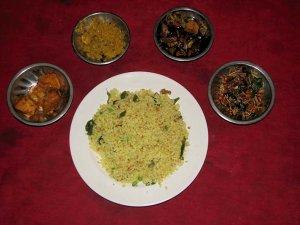 Z rižem vedno postrežejo več različnih vrst curryja.