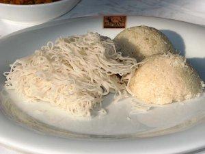 H curryjem se odlično podajo rezanci indi appa in riževa jed kiribath.