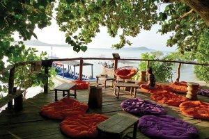 Čez dan se obiskovalci rajskega otoka porazgubijo po peščenih plażah.