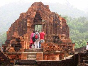 Eden izmed opuščenih templjev ljudstva Cham