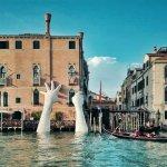 Velikanski roki v Benetkah pošiljata močno sporočilo o podnebnih spremembah