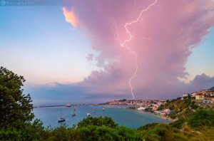 Izolirana viharska celica, ki izliva lep svetlobni blisk (Pythagoreio, Grčija)