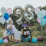 Babica navdihuje svoje oboževalce s fotografijami svojega 98. rojstnega dne