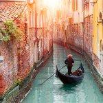 Okolju prijazna gondola, izdelana iz smeti, pluje po Benetkah