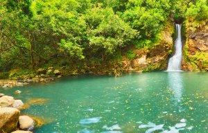 V hriboviti pokrajini je mogoče občudovati več slapov.