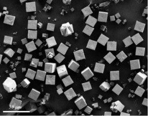 Kristali novega materiala (AlPO4-LTA).