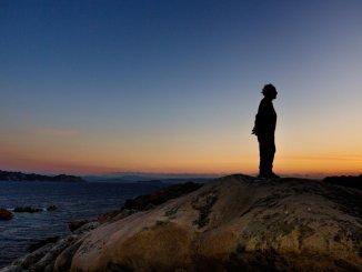 """Morandi ob sončnemu zahodu, njegovem najljubšem času dneva, ko se zdi da svet miruje. """"Ljudje mislimo, da smo super bitja, vendar po mojem mnenju nismo nič,"""" pravi Morandi. """"Moramo se prilagoditi naravi."""""""