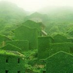Nenavadni kraji: Zapuščena ribiška vasica popolnoma zelena!