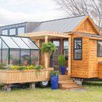 Majhna hiška z lastnim rastlinjakom ima vse, kar potrebujemo
