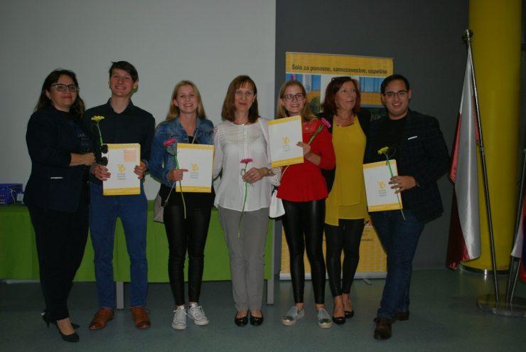 Zlati maturantki s sošolcema Domnom Prevcem in Tilnom Lotričem