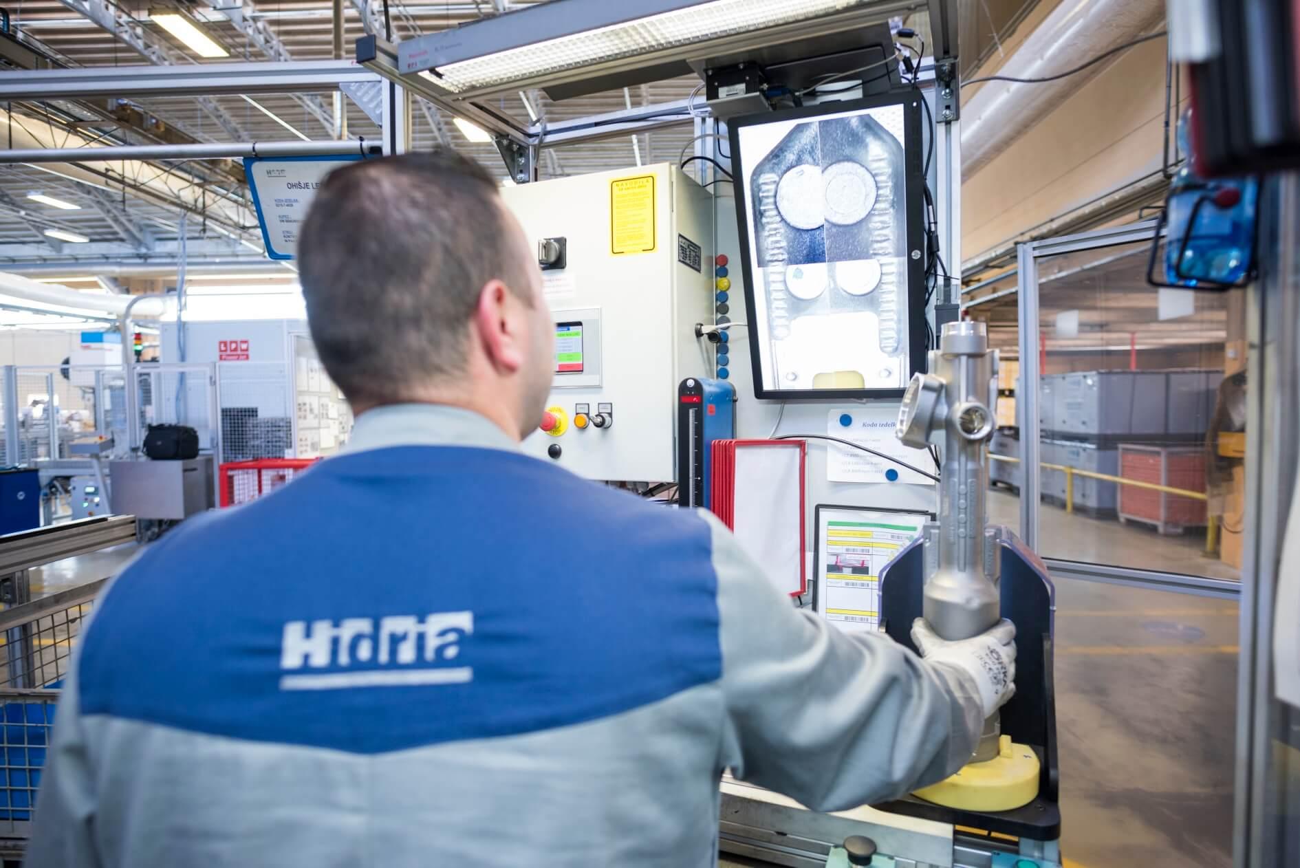 BMW v svoja nova hibridna in električna vozila ohišja slovenske Hidrie