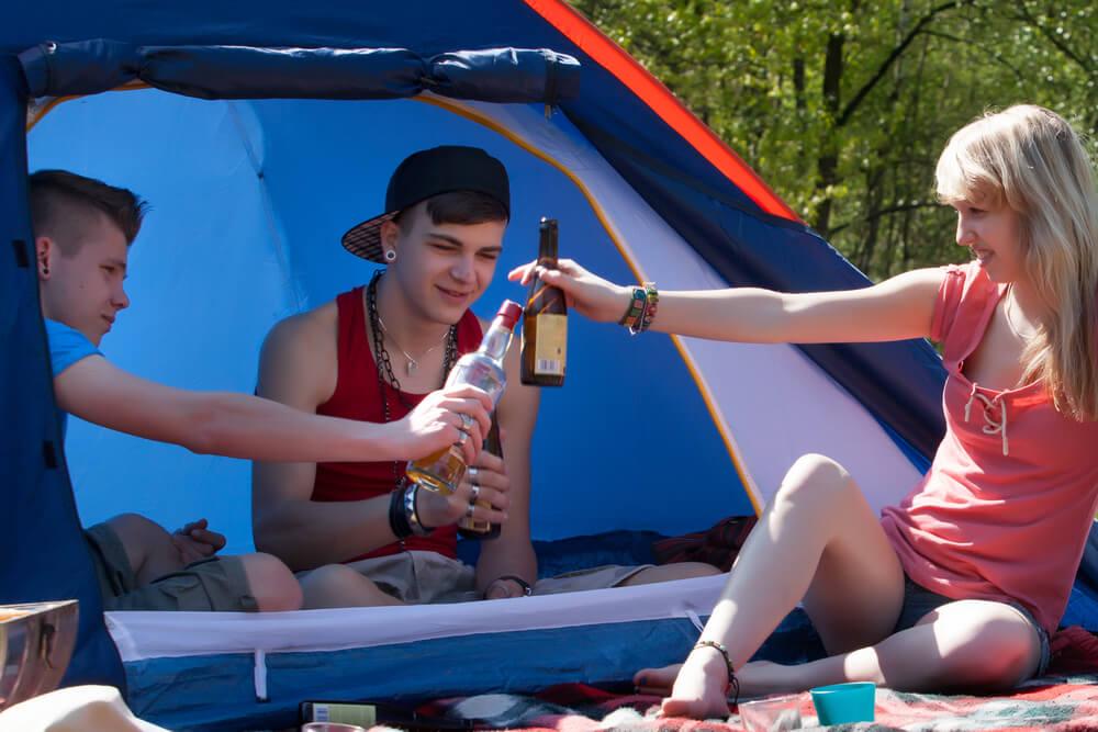 Mladi v Sloveniji vse bolj zadovoljni, še vedno pa pogosta nasilje in alkohol