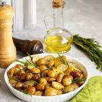 Iz pečice bo zadišalo: Hrustljav mlad krompir z rožmarinom