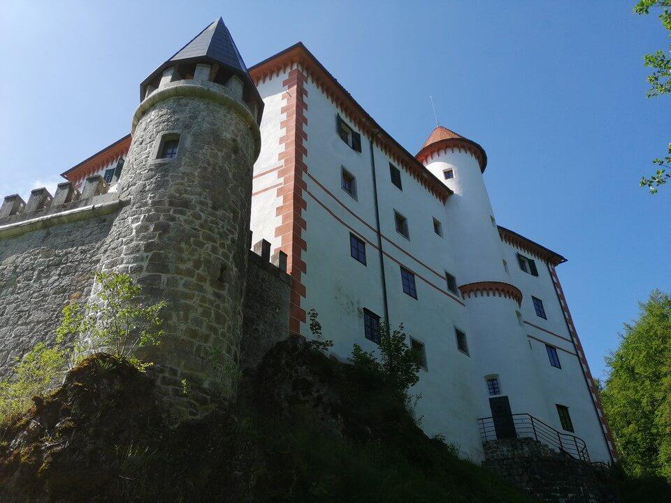Grad Snežnik - eden redkih z originalno opremo