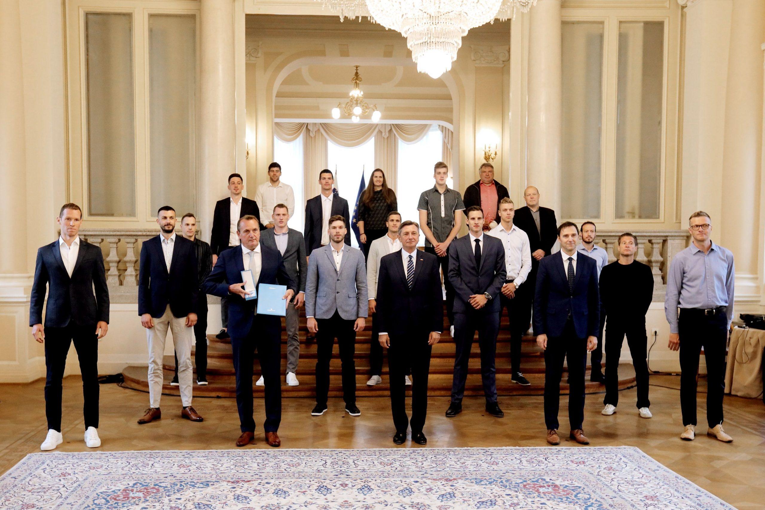 Borut Pahor odlikoval odbojkarje: Red za zasluge v roke srebrnim fantom