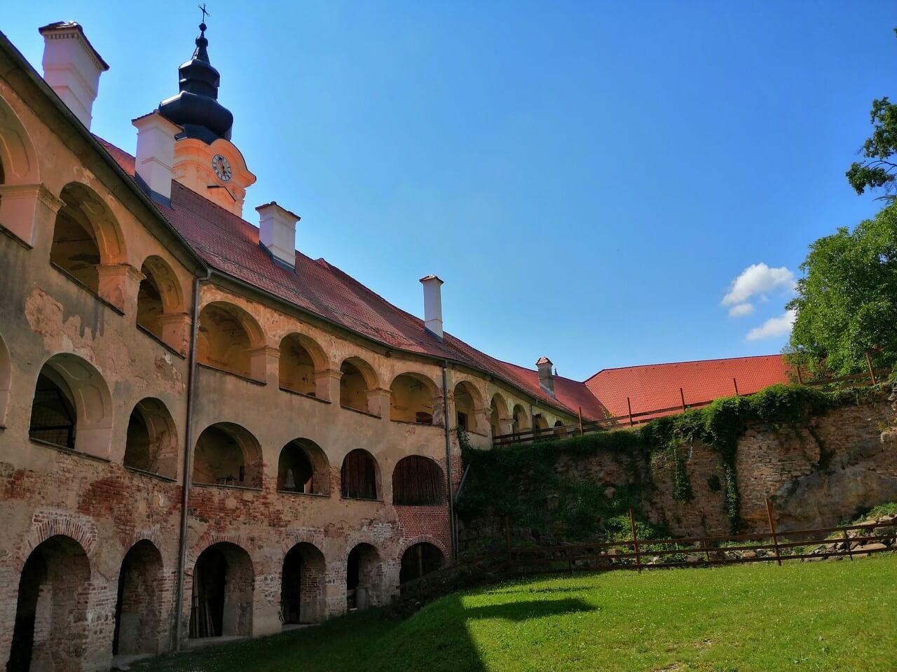 Na Goričko - grad Grad v Gradu je največji slovenski grad