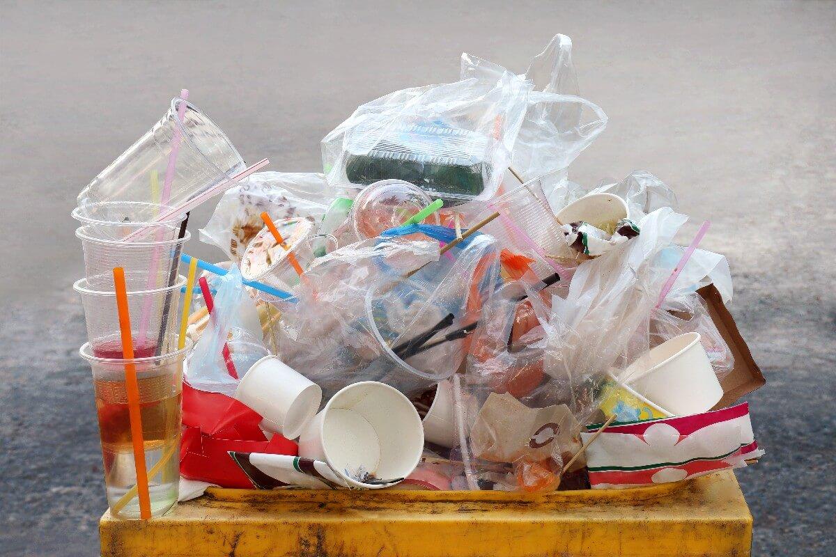 Uporaba posod, lončkov in slamic za večkratno uporabo varna tudi med pandemijo