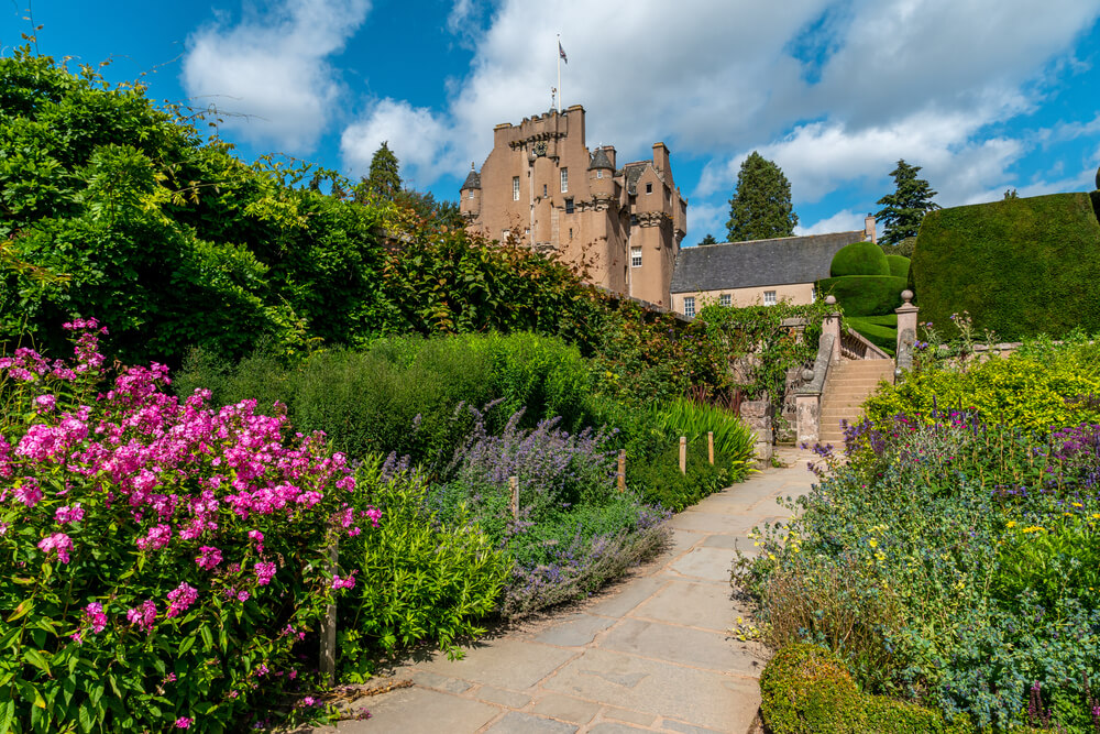 Pravljični grad z labirintom in bazenom na Škotskem je lahko vaš