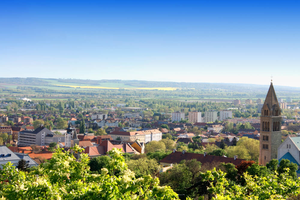 Madžarski Pecs z zanimivo kulturo in zgodovino ter številnimi vinogradi