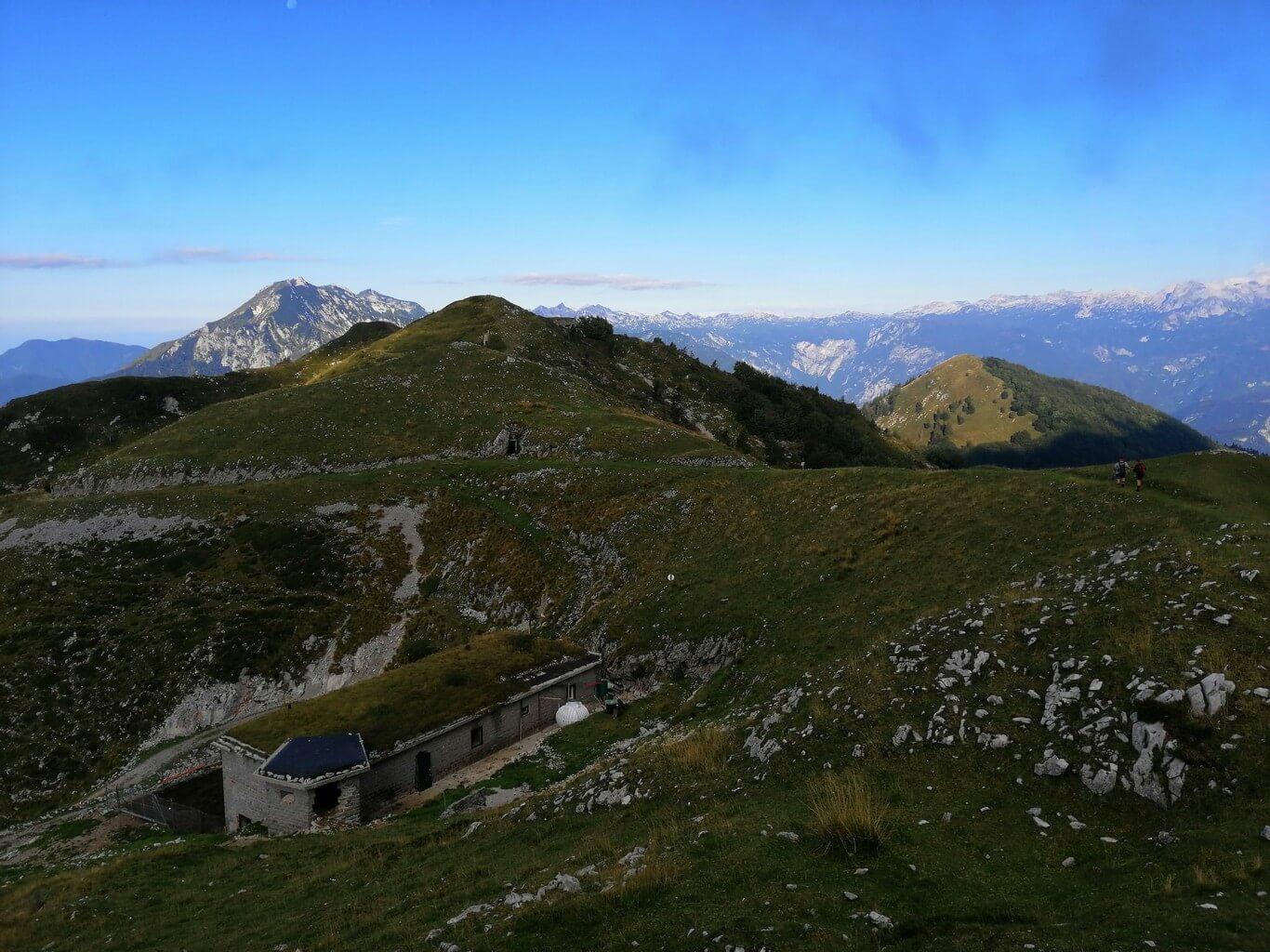 Soriška planina s svojimi vrhovi na svoje pašnike vabi tudi jeseni