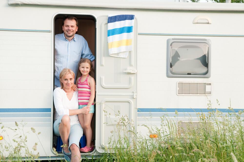 Družina, ki živi, dela in se šola - v prikolici brez elektrike in vode?