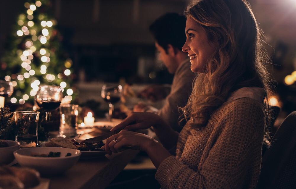 Med prazniki druženje do 6 oseb iz dveh gospodinjstev, omogočeno bo prehajanje občin