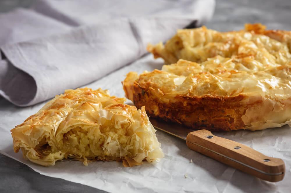 Recept: hrustljava pita s krompirjem, čebulo in ocvirki