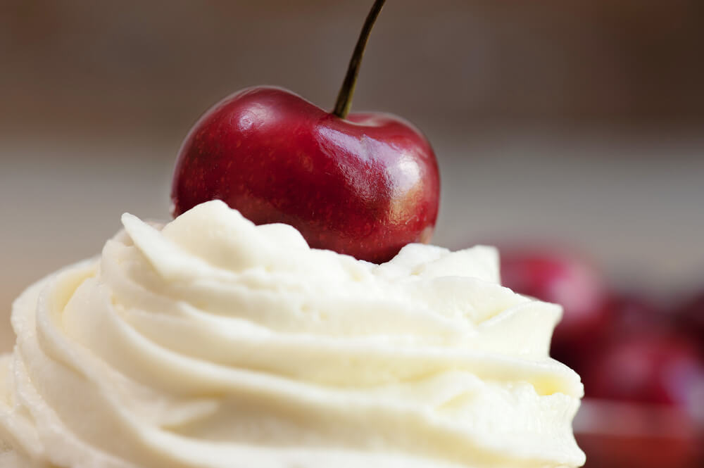 Hitra, a izjemna sladica: Vroče višnje s smetano