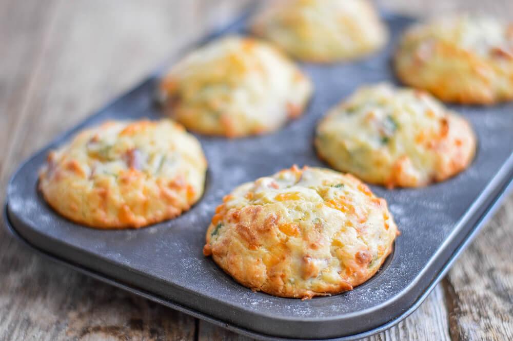 Top priloga: slani muffini s čebulo in sirom