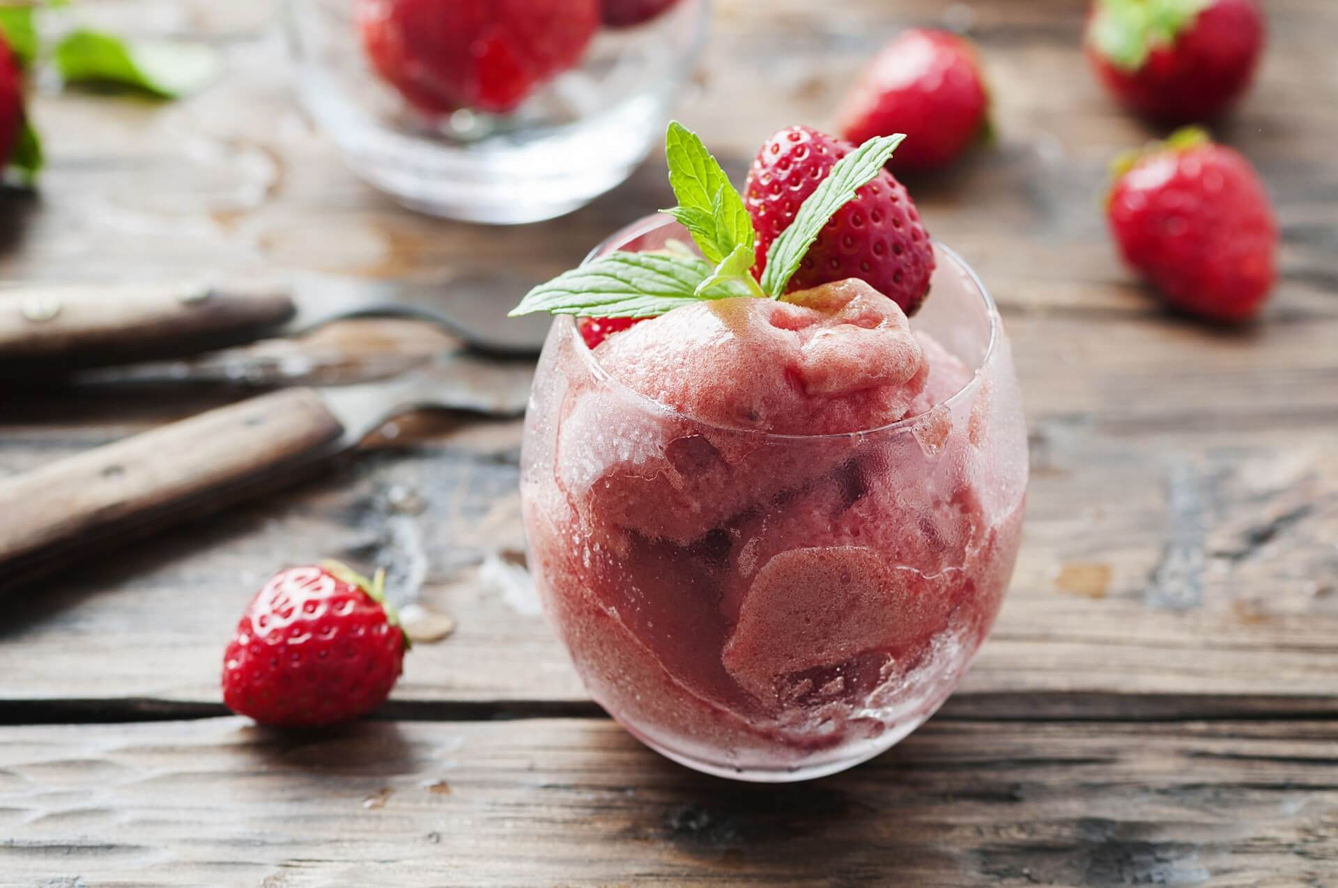 Domač jagodni sladoled iz 4 sestavin - lahko je tudi veganski!