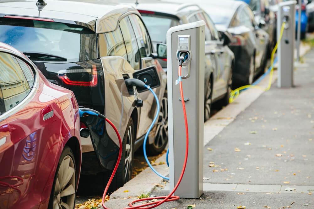 Vse več polnilnic, vse več električnih avtomobilov in vse več rešitev