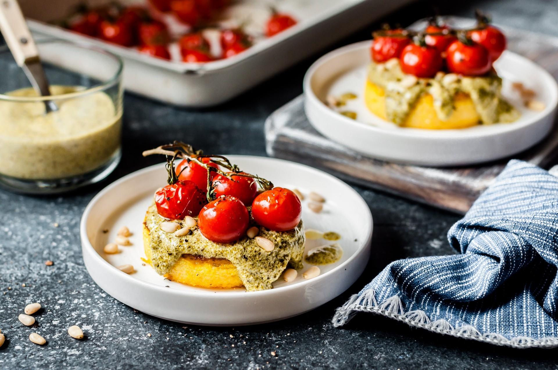 Polenta s pestom, paradižniki in parmezanom
