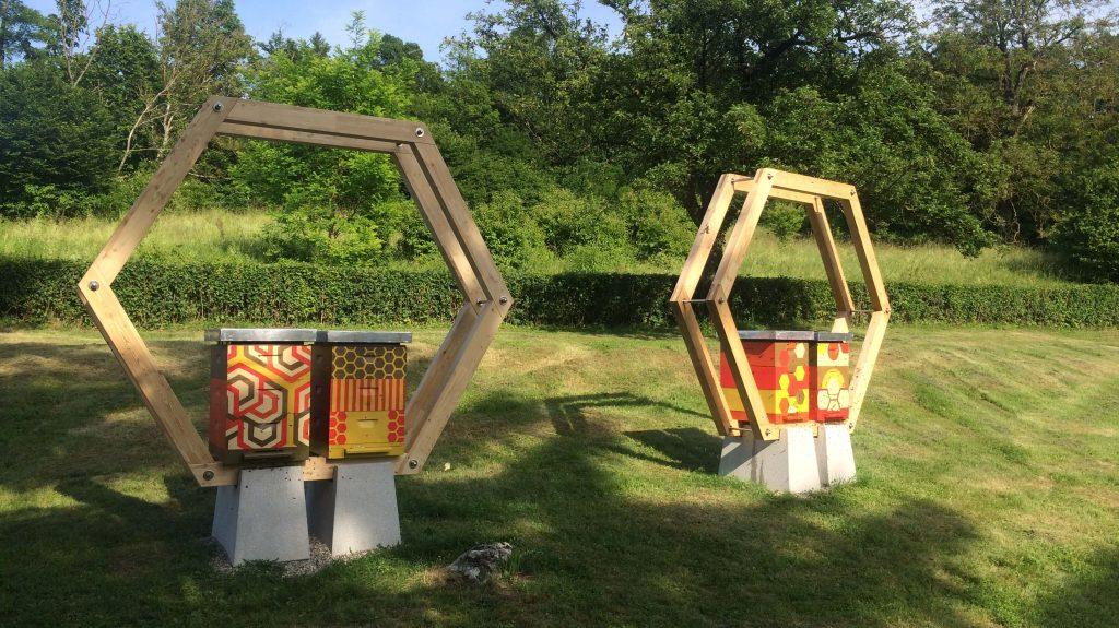 VIDEO: Na vrtu zapora so postavili čebelje panje
