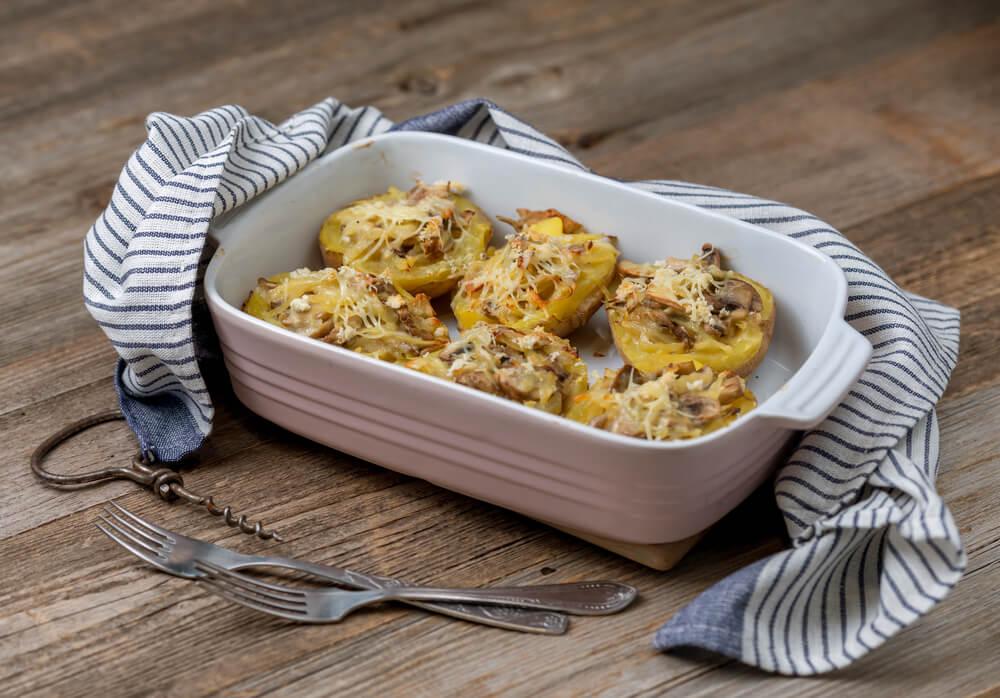 Polnjen krompir z gobami in sirom